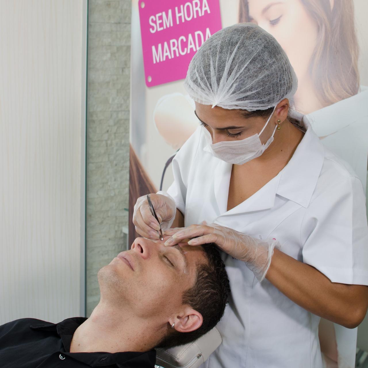 homem fazendo depilação das sobrancelhas depilação facial