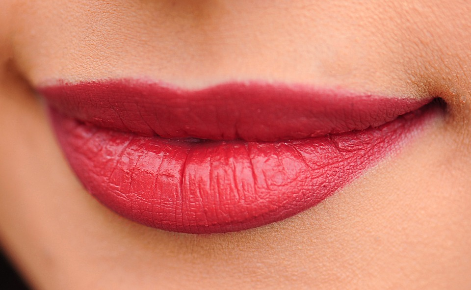 boca de mulher com batom vermelho sorrindo imagem ilustrativa texto depilação facial