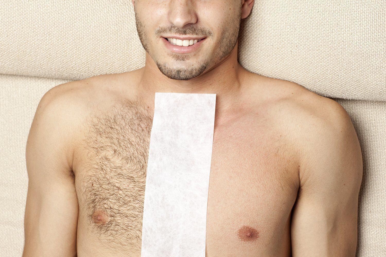 homem deitado com metade do peito depilado, e a outra metade não