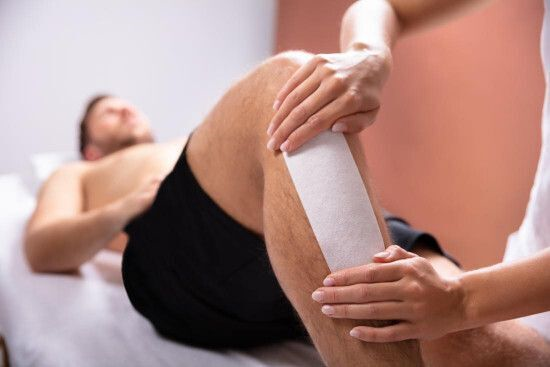 homem depilando a perna imagem ilustrativa texto depilação masculina