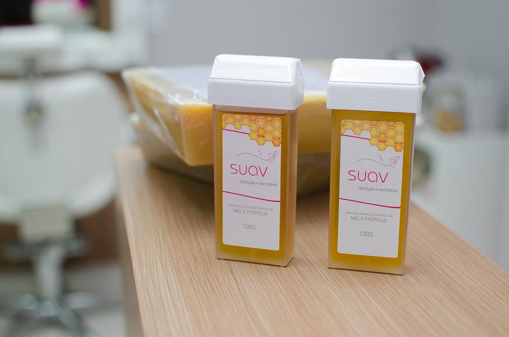 dois potes de cera suav, que é um produto exclusivo usado nas clínicas da suav